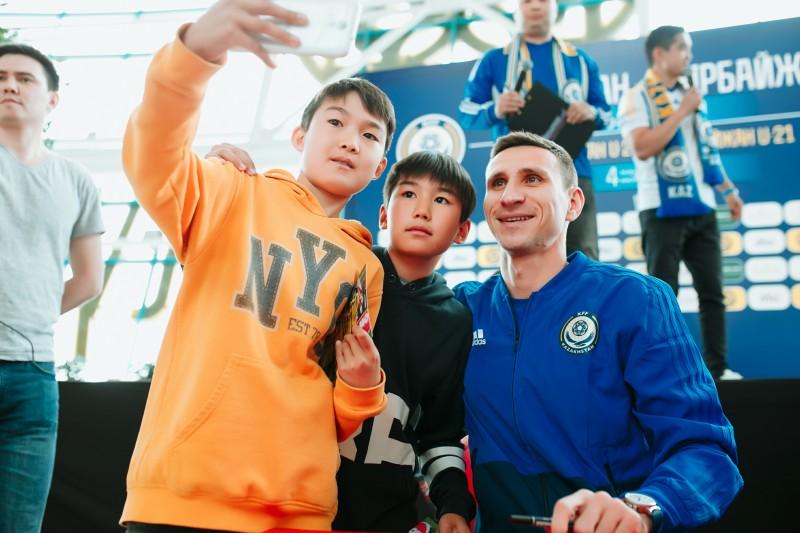 Автограф-сессия с футболистами сборной Казахстана